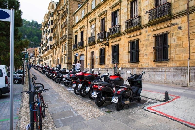 En rad av motorcykeln och mopeds som parkeras i en special parkeringszon royaltyfria foton
