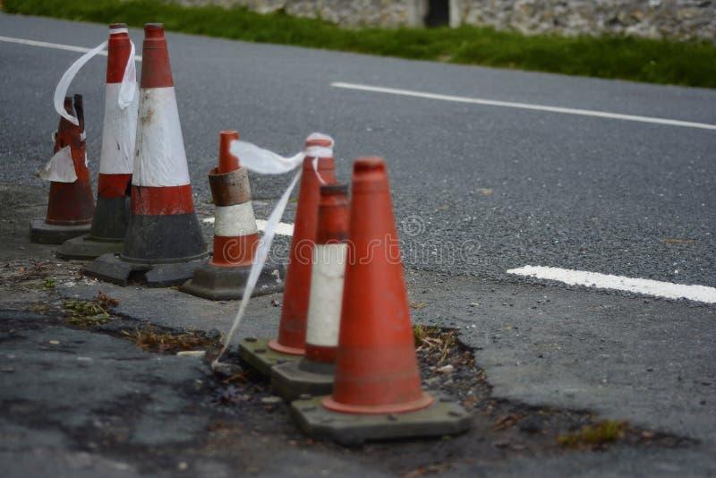 En rad av skadade trafikkottar royaltyfria bilder