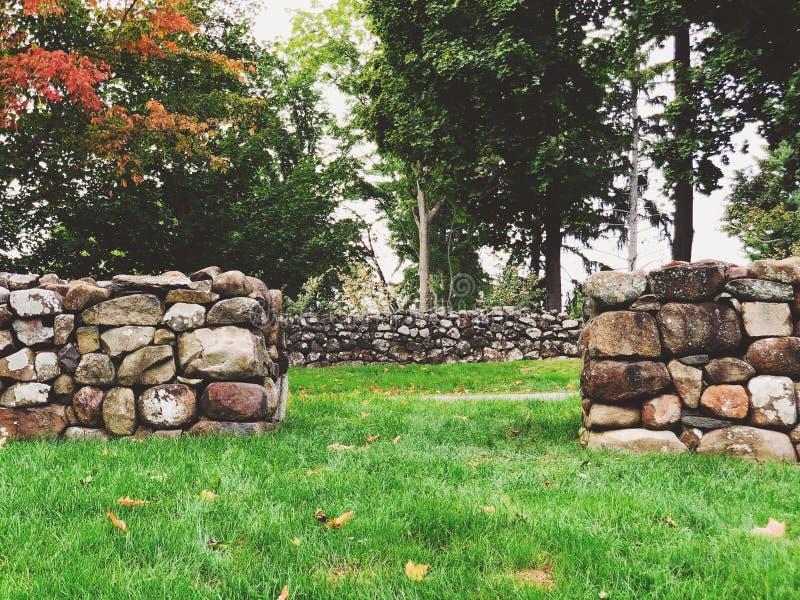 """En rad av stenväggen inom sjunken trädgård på Hill†""""Steadmuseum arkivfoton"""