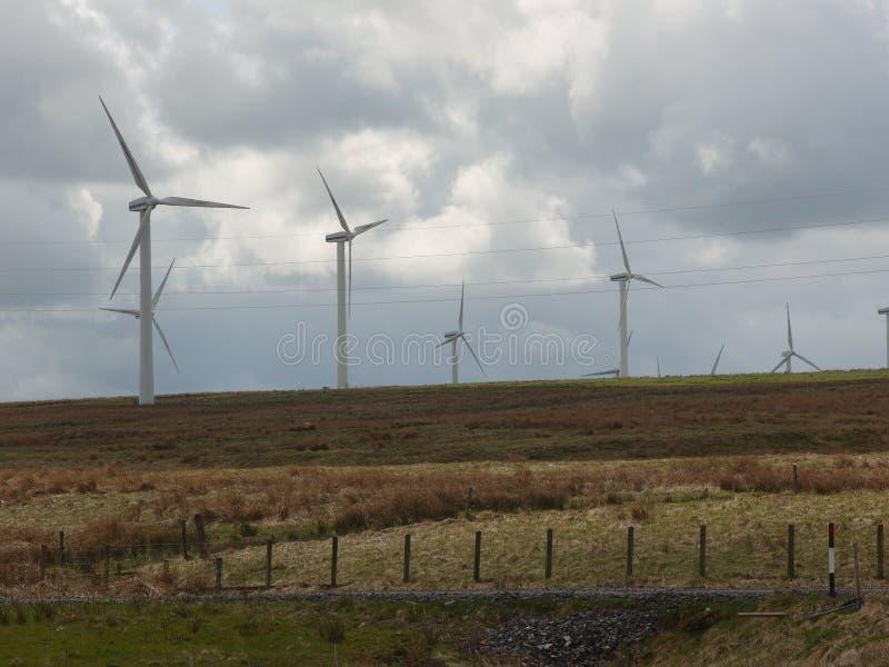 En rad vindturbiner på den skotska landsbygden arkivbild