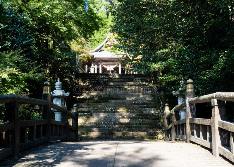 En raison du tombeau historique de Kokuzo dans la caldeira volcanique d'Aso, une partie de parc national d'Aso-Kuju images stock