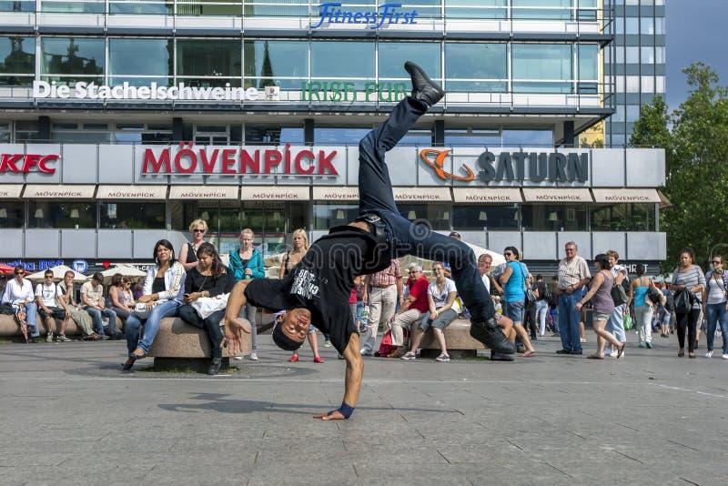En rapdansare som utför i, parkerar arkivfoto