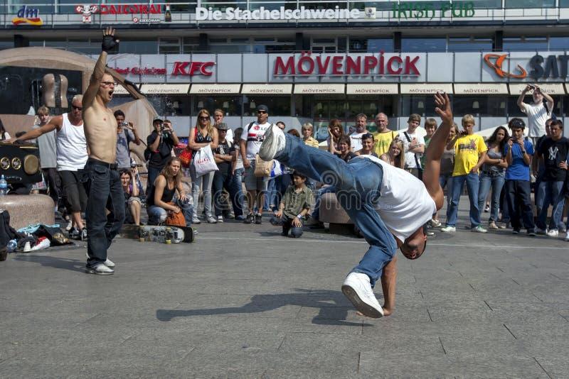 En rapdansare som utför i, parkerar royaltyfri foto