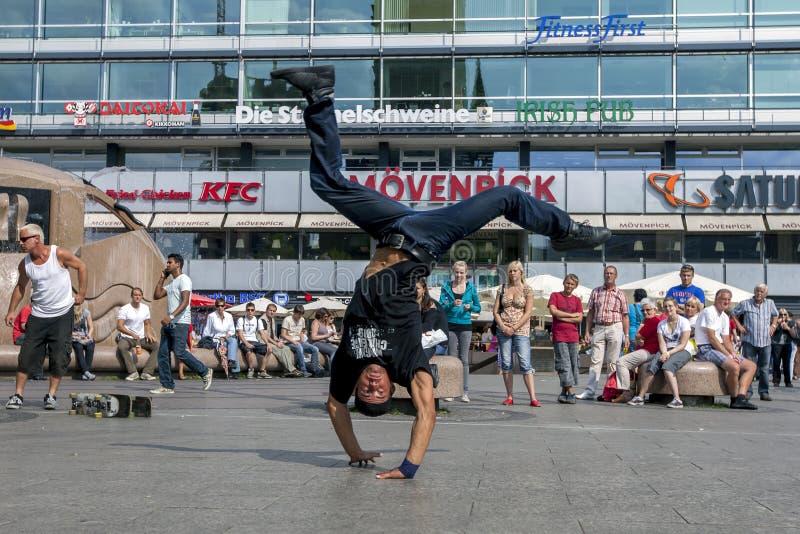 En rapdansare som utför i, parkerar arkivbild
