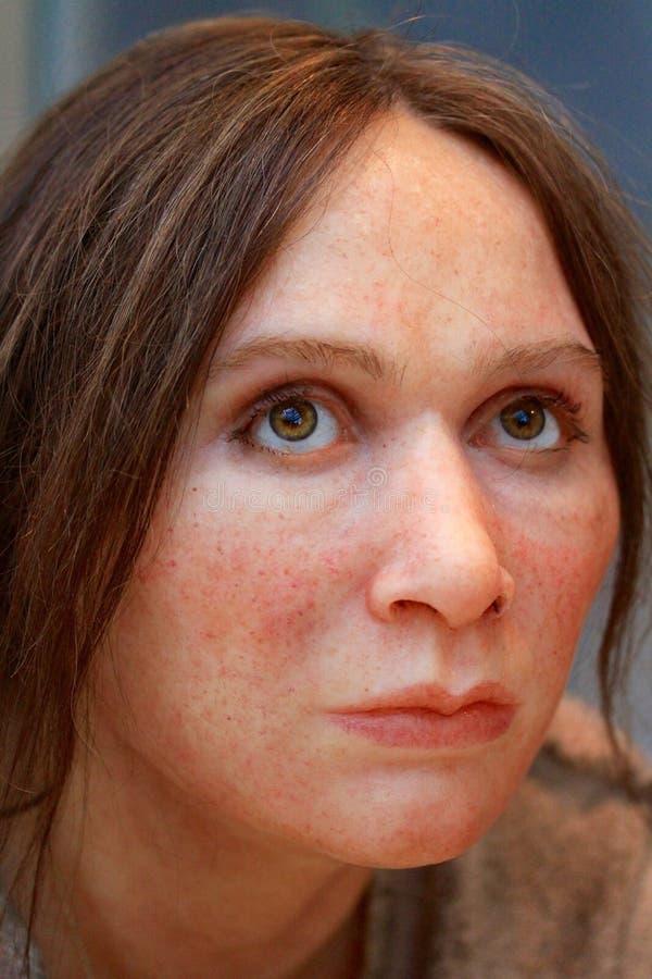 En realistisk reproduktion av en förhistorisk kvinna arkivfoton