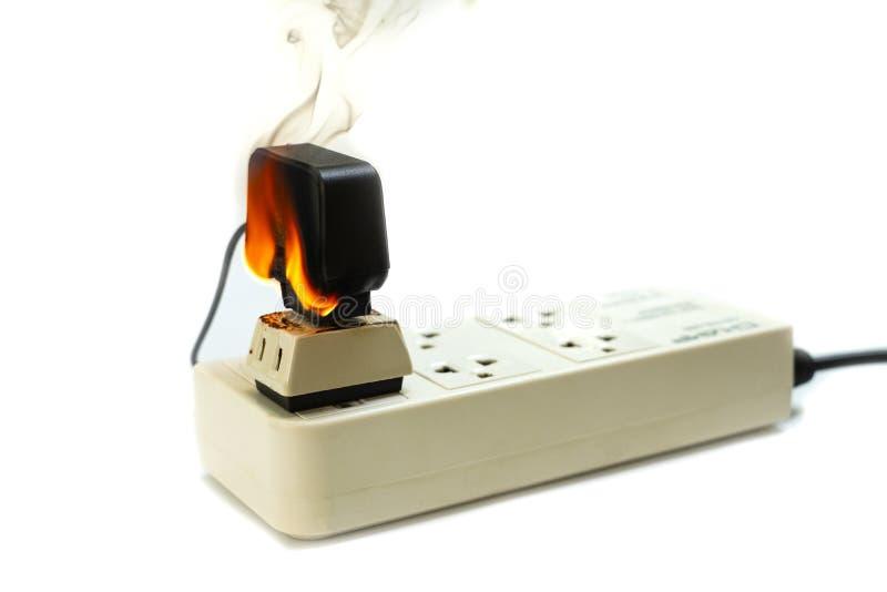 En receptáculo y el adaptador eléctricos del enchufe del alambre del fuego en el fondo blanco imagen de archivo