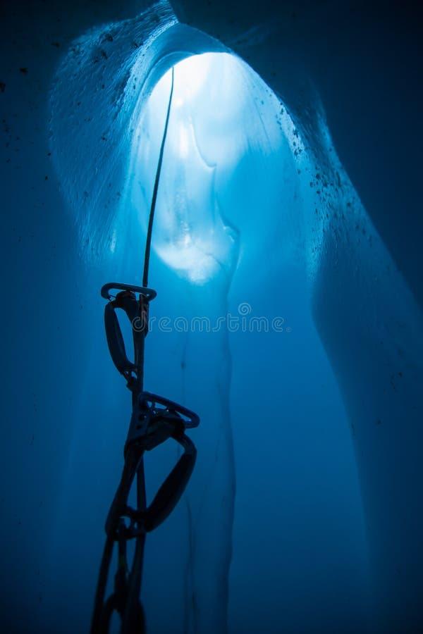 En recherchant la corde avec des ascendantes de l'intérieur d'un moulin profond glacez le cav photographie stock