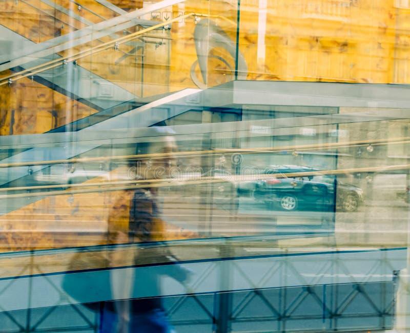 En reflexion för person` s i byggnaden royaltyfria foton