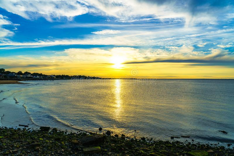 En regardant la vue de coucher du soleil formez l'agent de blanchiment de roche photographie stock libre de droits