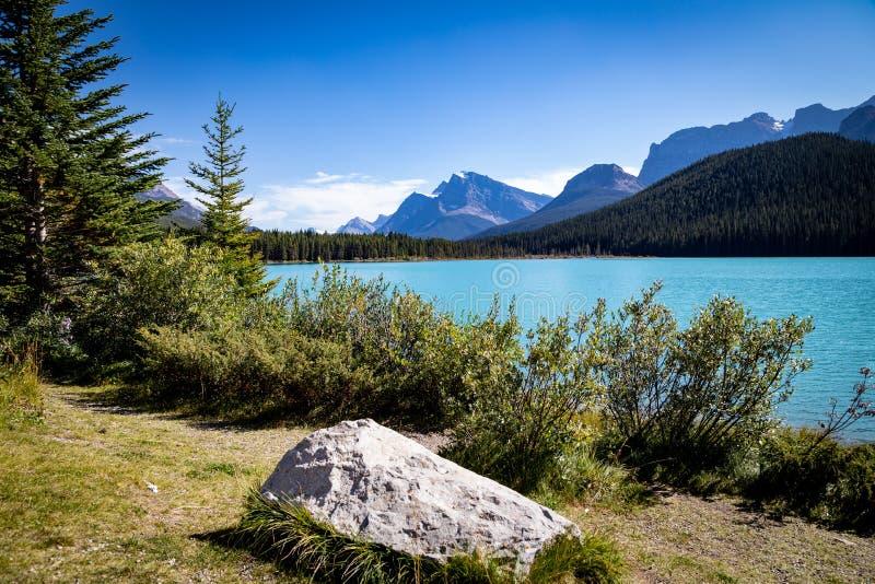 En regardant vers le sud le lac Waterfowl, lac alimenté par les glaciers dans les Rocheuses canadiennes - au large de la promenad photos stock