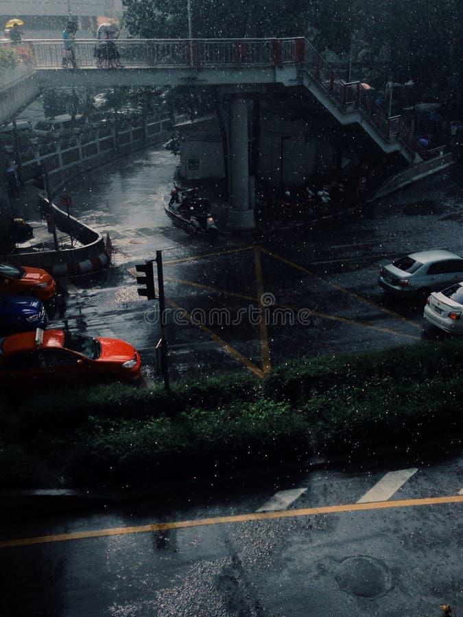 En regna gata arkivbilder