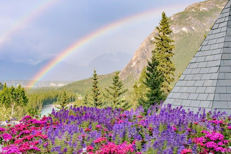 En regnbåge över pilbågen River Valley - Banff - Kanada royaltyfria bilder