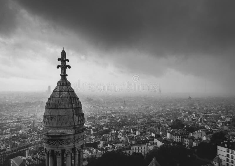 En regnig dag i Paris fotografering för bildbyråer