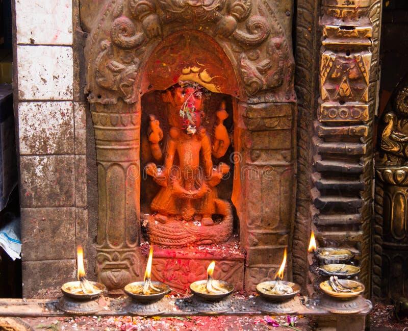 En relikskrin i en buddistisk tempel i Katmandu royaltyfria bilder