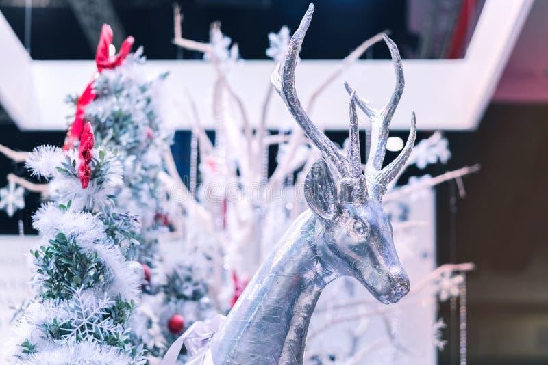 En ren som göras av papper, och skum dekorerar för glad jul arkivbilder