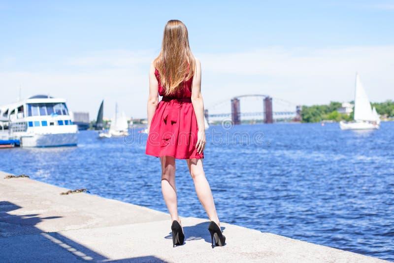 En rencontrant le repos de regard détendez la fille de luxe de charme de yacht de mer de style de bal d'étudiants photographie stock libre de droits