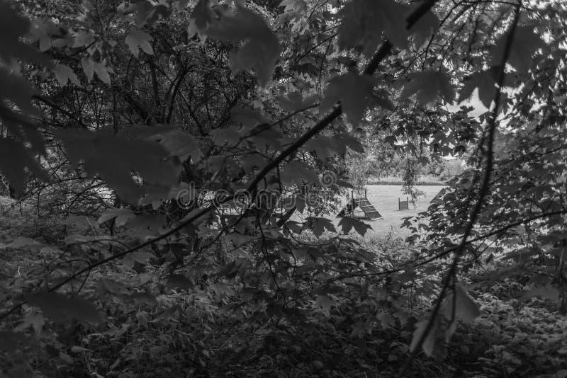 En resa till och med den förgångna Knoopsen parkerar i Bremen på floden Lesum arkivfoton