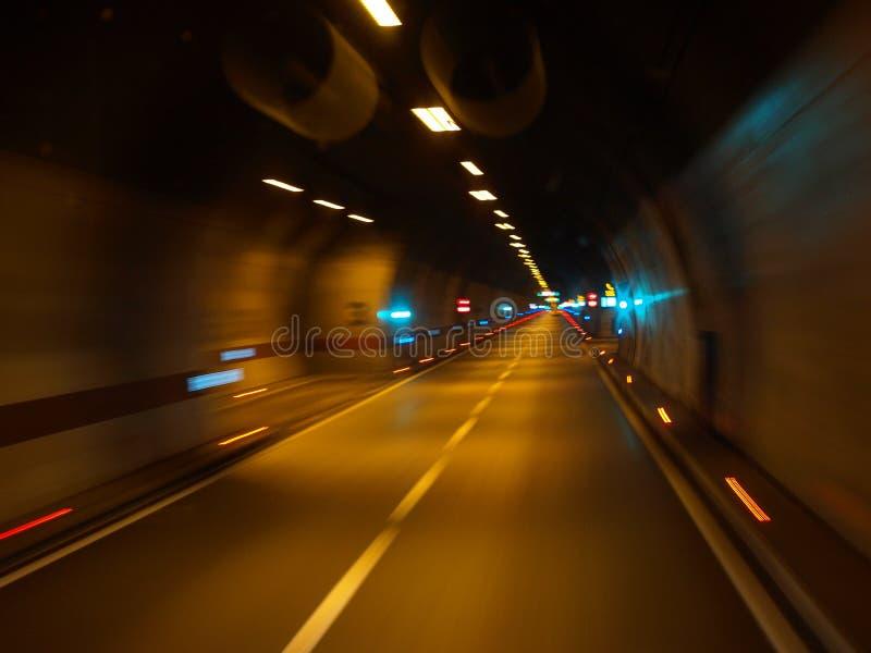 En resa till och med den San Roque tunnelen, de härliga färgerna, natt, froster, fryst som är snabba, Zadar, Zagreb, till och med fotografering för bildbyråer