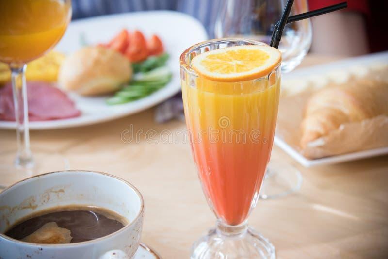 En restaurangmat En drink med apelsinen överst av exponeringsglaset arkivbild