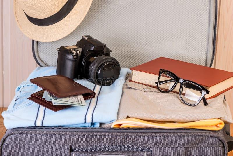 En resväska med saker för en ung stilfull person fotografering för bildbyråer