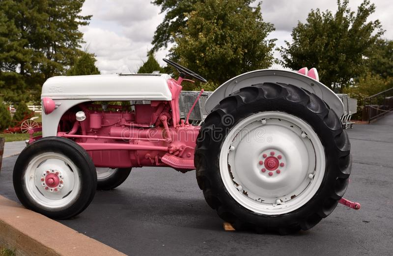 En rosa traktor arkivbilder