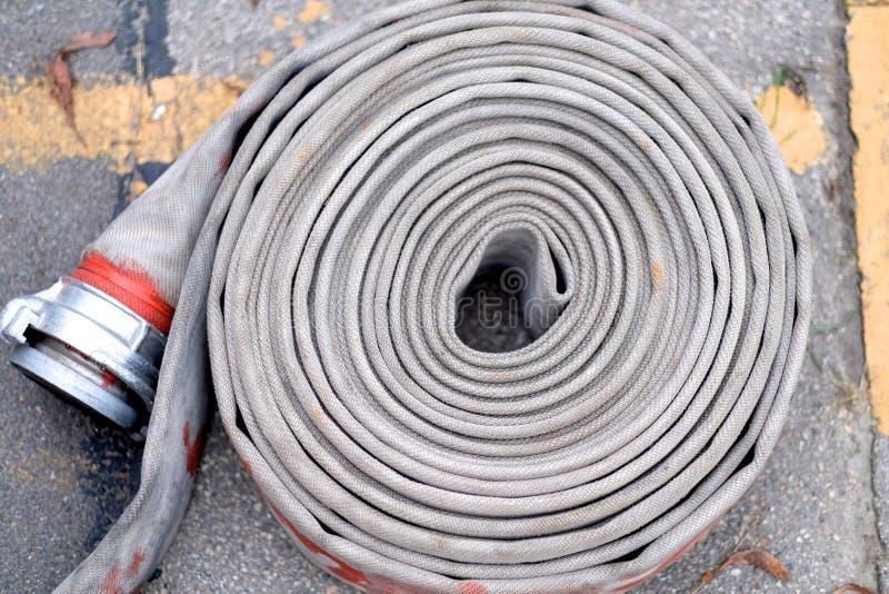 En rulle av den fireresistant brandslangen royaltyfria foton
