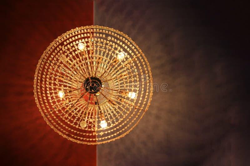 En rund formad ljuskrona som direkt hänger från tak och sikt underifrån royaltyfri fotografi