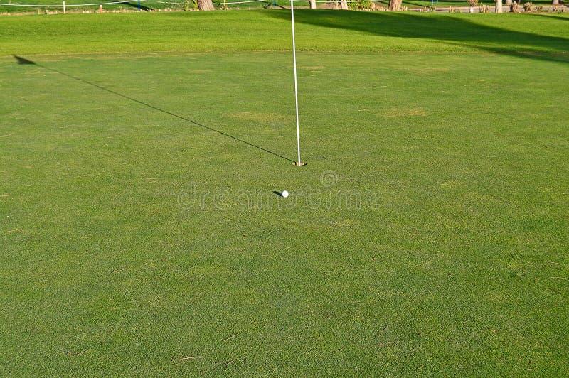 En runda av golf i aftonen arkivbild