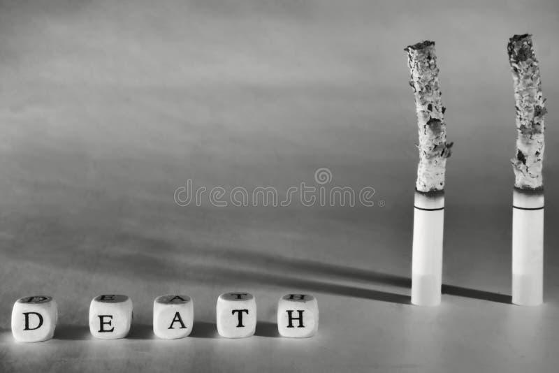 En ruskig bild om död tack vare som röker Upphetsning för en sund livsstil fotografering för bildbyråer