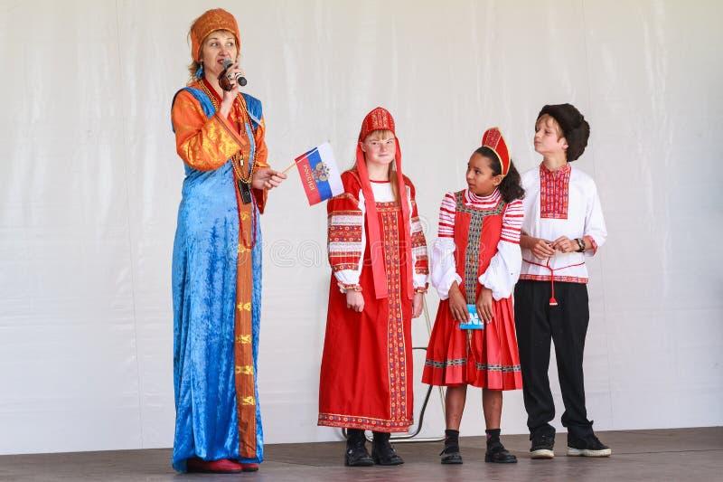 En rysk familj på etapp i traditionell klänning arkivbilder