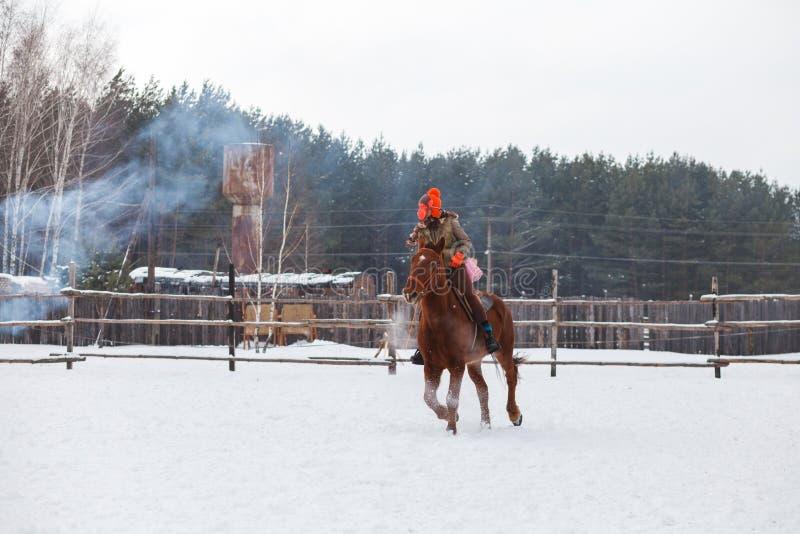 En ryttare som kläs som en apa på en häst på barns parti E arkivfoto