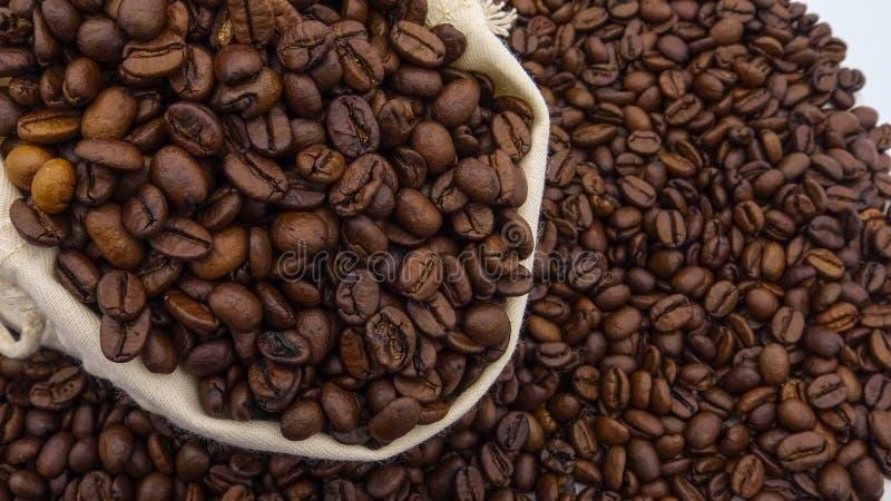 En säck med grillade kaffebönor royaltyfri bild