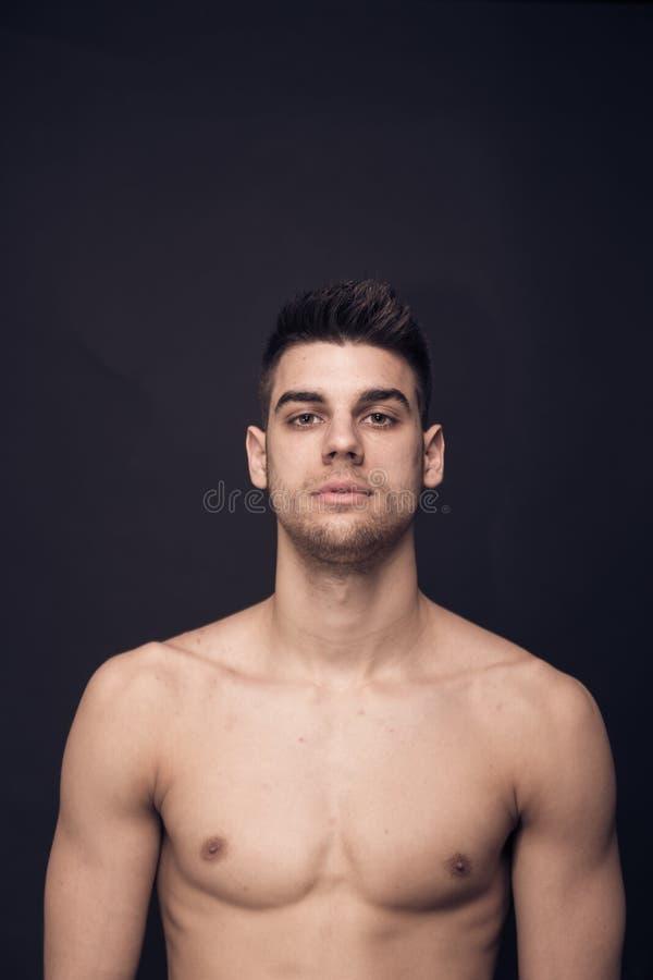 En säker övrekropp shirtless för ung man arkivfoton