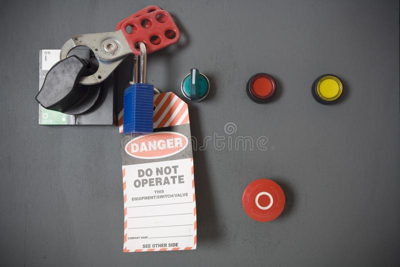En säker arbetsövning, lås och etikett royaltyfri foto