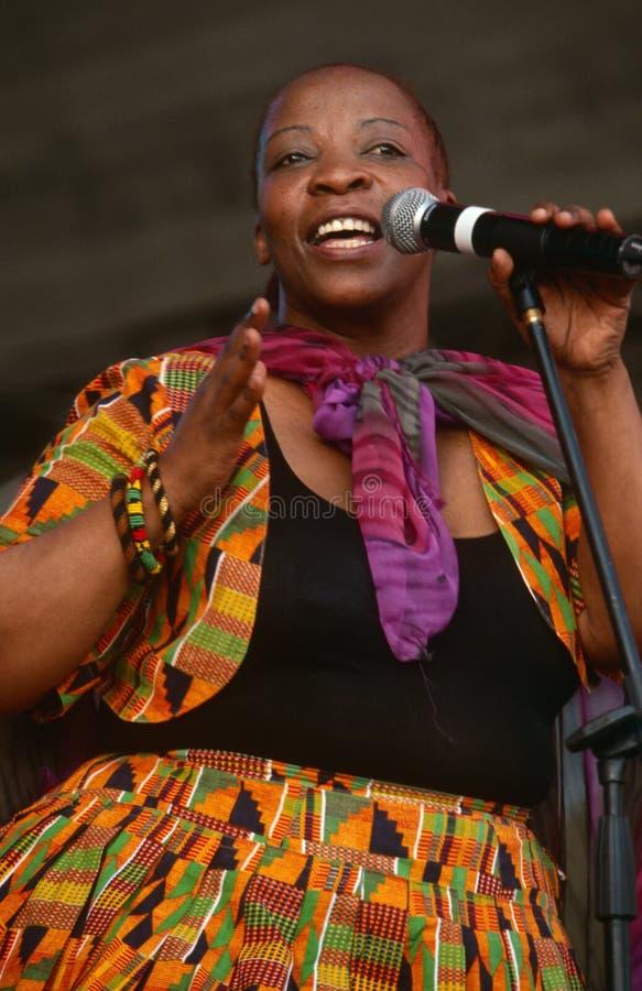 En sångare som utför på en konsert i Sydafrika royaltyfri foto