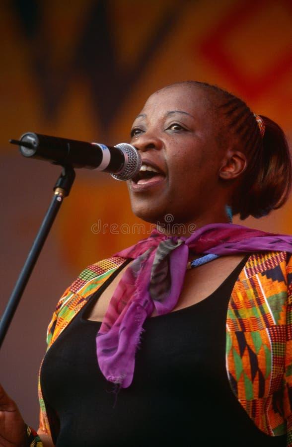 En sångare som utför på en konsert i Sydafrika royaltyfria bilder