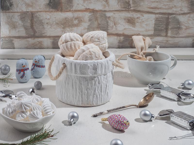 En söt uppsättning av deras marshmallower och kexkex i ljusa färger royaltyfria foton