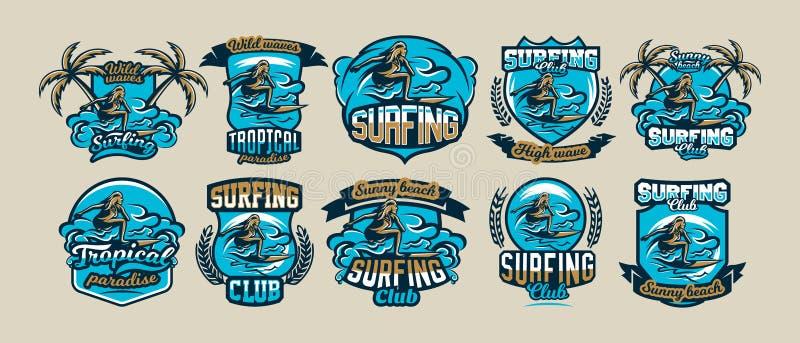En samling av färgrika logoer, emblem, klistermärkear, surfareflicka driver på vågorna, stilfull bokstäver, vektor royaltyfri illustrationer