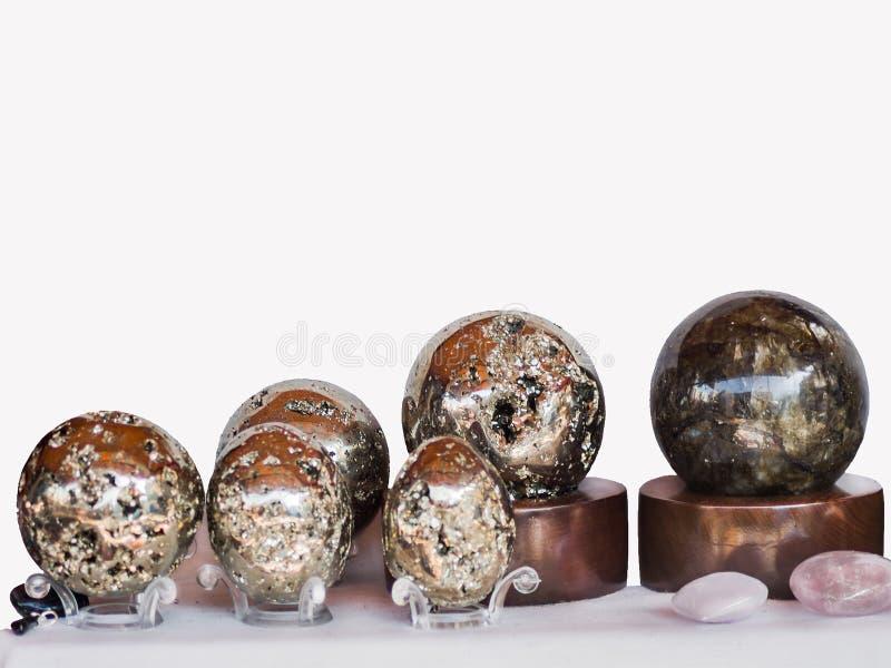 En samling av marmor- och pyritstenbollar med härliga fyllnader av färg och ilsken blick, framläggas i utställningsammansätt royaltyfri fotografi