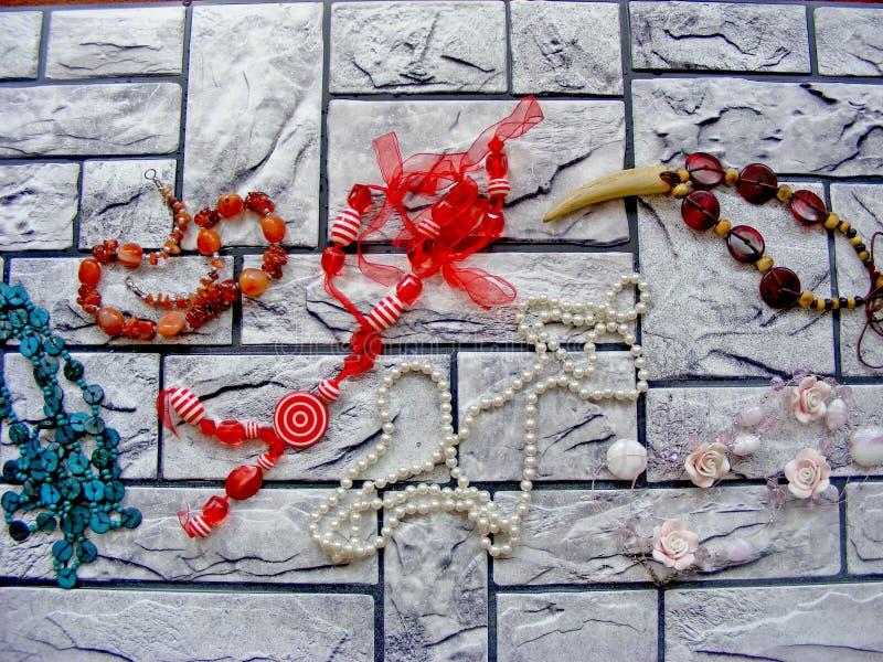 En samling av tappningsmycken som göras av turkos, silver, rörstenen och Heishe pärlor arkivfoton