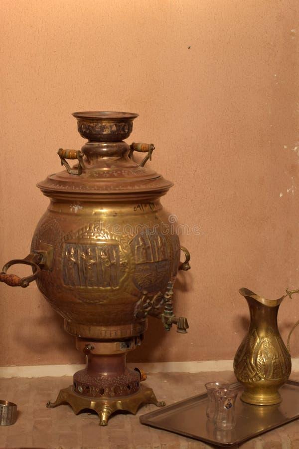 En samovar från gamla dagar av Iran arkivfoton
