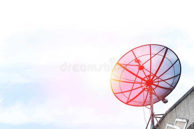 En satellit- maträtt på taket royaltyfri bild