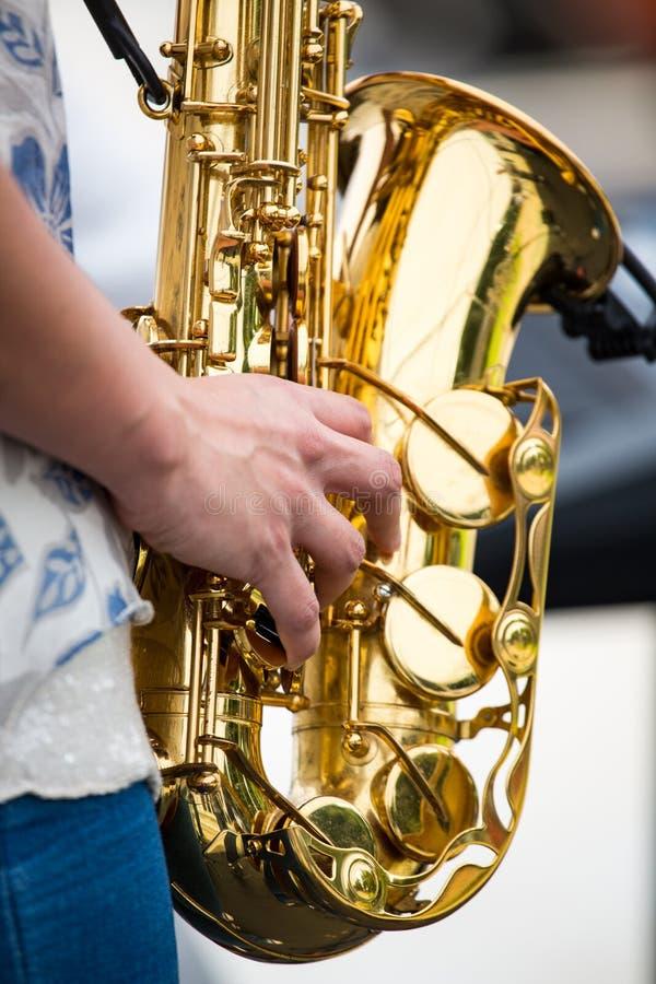 En saxofon som spelas fotografering för bildbyråer