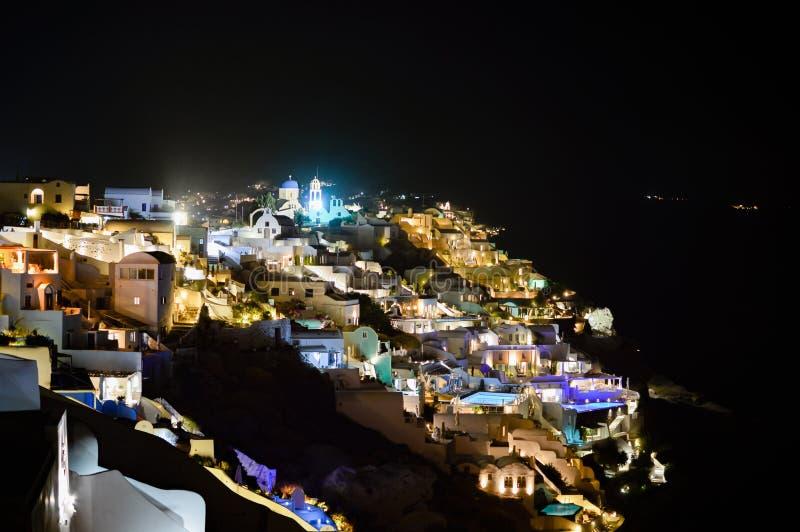 En scenisk nattsikt av staden av Thira i Santorini med dess l arkivbild