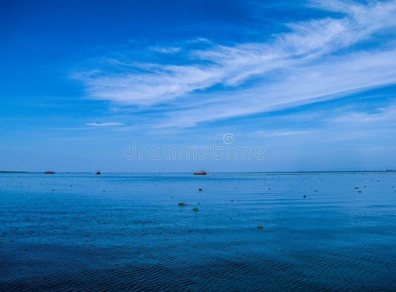 En scenisk sikt av det turist- fartyget på Vembanad sjön i Kerala arkivfoton