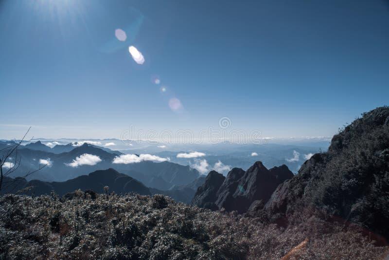 En scenisk sikt av himmel på jord, Fansipan högst berg, Sapa, Vietnam arkivbild