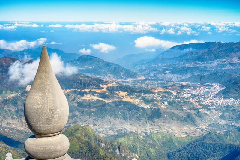 En scenisk sikt av himmel på jord, Fansipan högst berg, Sapa, Vietnam royaltyfri foto
