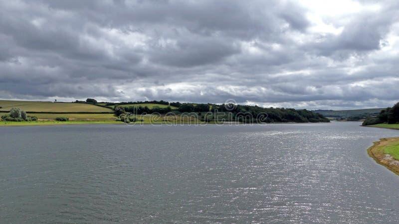 En scenisk sikt som ser över Wimbleball sjön i Exmoor arkivbild