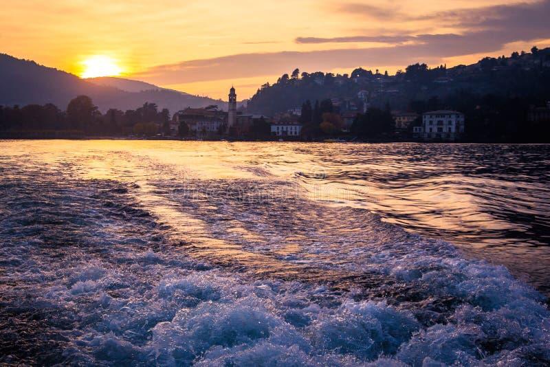En scenisk solnedgång i de alpina kullarna ovanför Lago di Como, Lombardy arkivbild