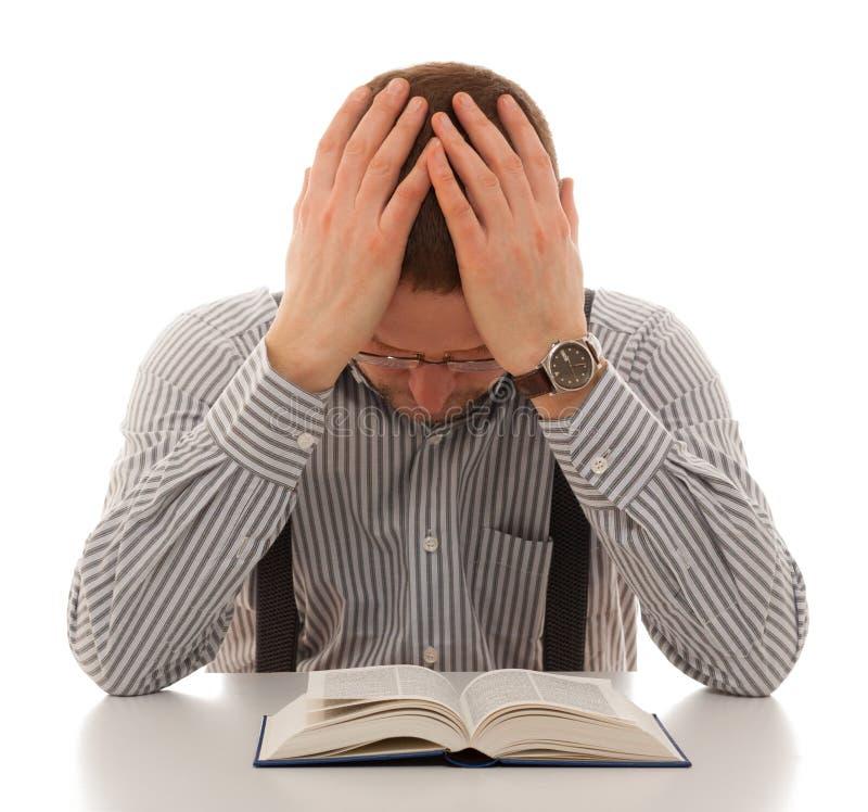 En se repentissant l'homme de prière lisez la bible photo libre de droits